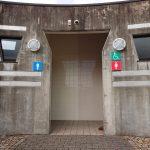 身障者駐車スペースとスタジアムの間にあるバリアフリートイレ①