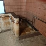 浴槽までのスロープ①<br /> (シャワー用車椅子のまま浴槽へ移動することも可能)