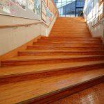 広々とした階段