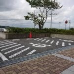 身障者用駐車場2台分〈玄関横にもう1台分有り〉
