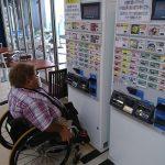 コイン投入口などが低く、使いやすい2階フードコートの食券用券売機