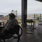 車椅子ユーザーでも利用しやすいテラス席