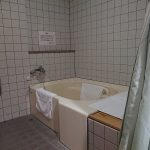 身障者対応客室内の浴槽①